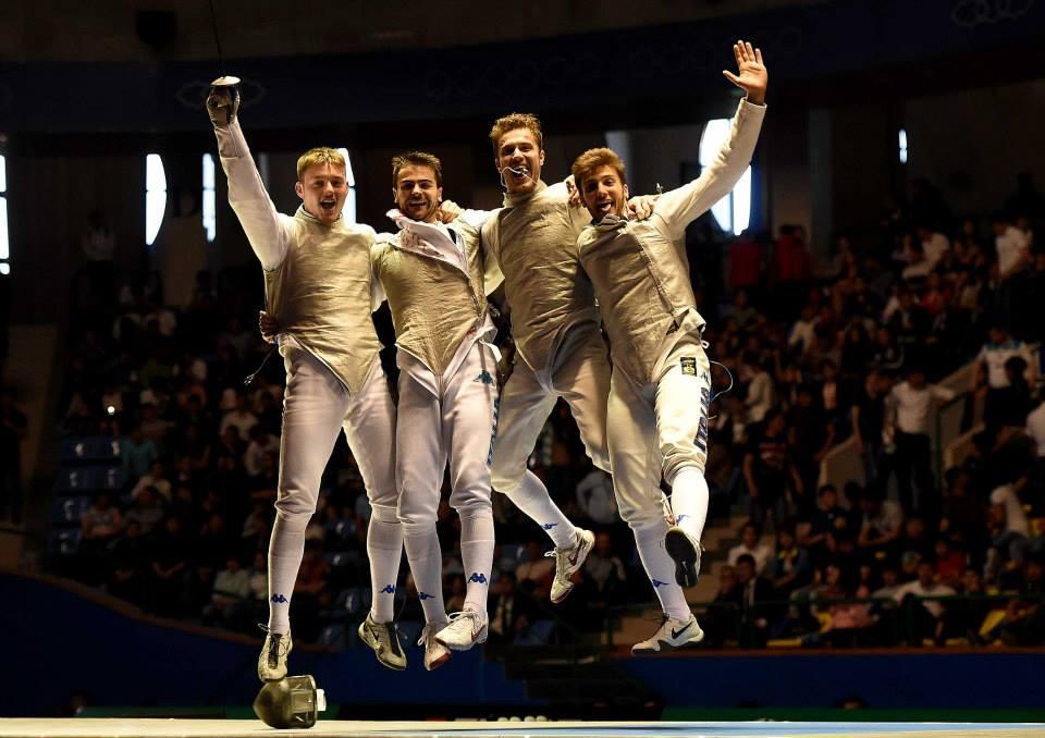 Finalmente tocca agli uomini festeggiare una splendida medaglia d'oro. Tris per il fioretto maschile. Chapeau per questi quattro  ragazzi.